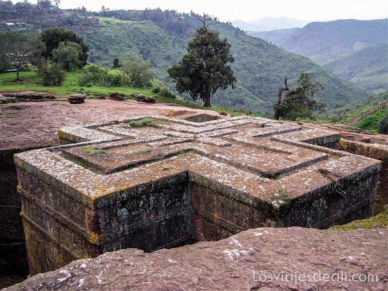iglesia excavada en la roca con forma de cruz lugares de peregrinación