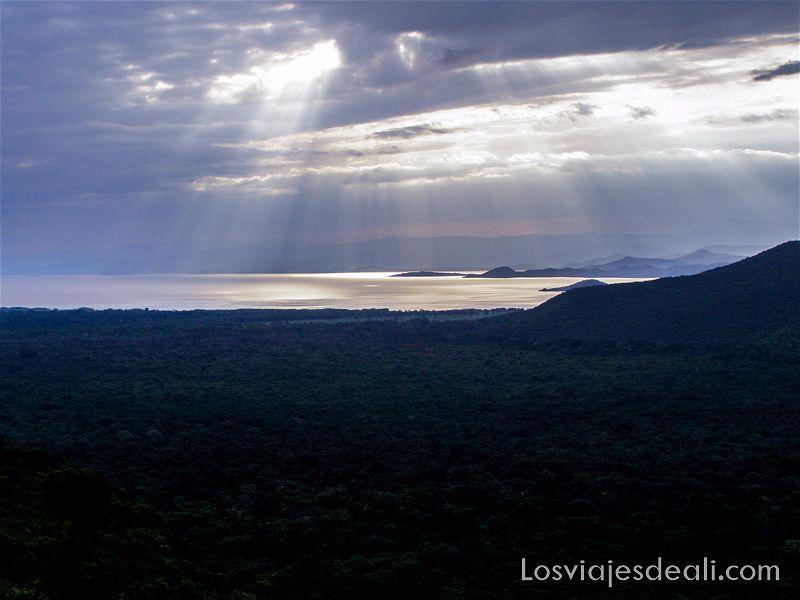 rayos de sol traspasando las nubes sobre el Lago Abaya junto al lago chamo