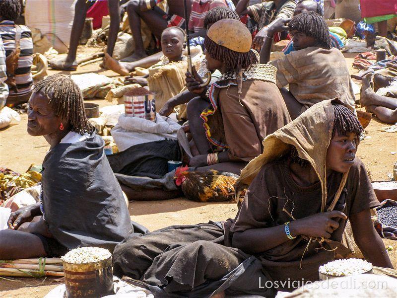 mujeres sentadas en el suelo con sus mercancías