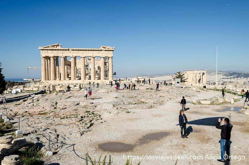 vista de la explanada de la acrópolis con el partenón al fondo