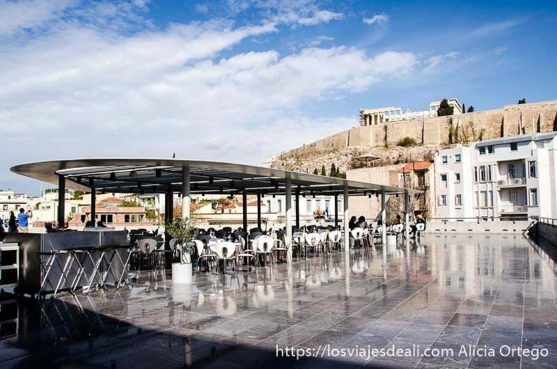 terraza del museo de la acrópolis de atenas con vistas a la acrópolis