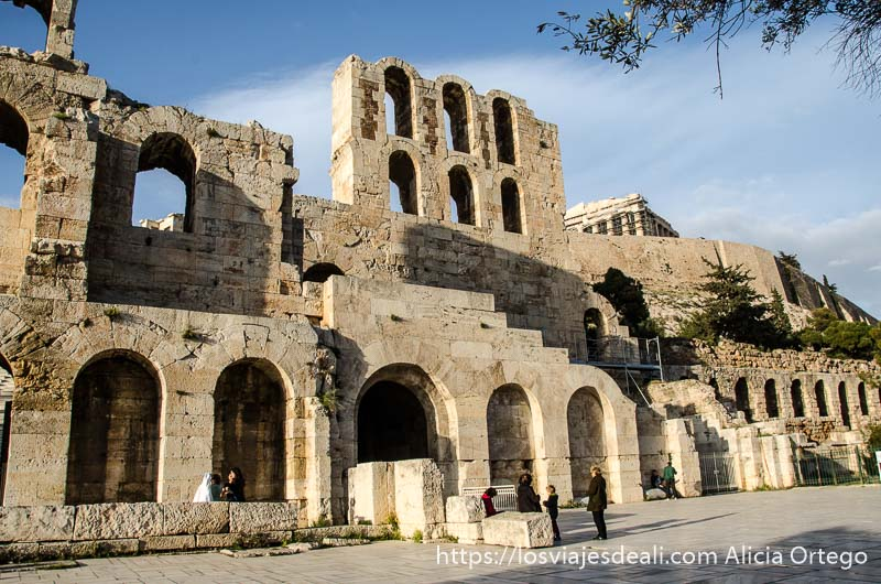 teatro del odeón con sus dos pisos de arcos y por encima asoma el Partenón Acrópolis de Atenas y su museo