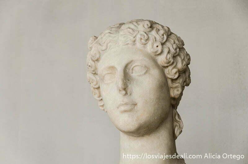 busto de joven griega con pelo rizado y ligera sonrisa en el museo de la acrópolis de atenas