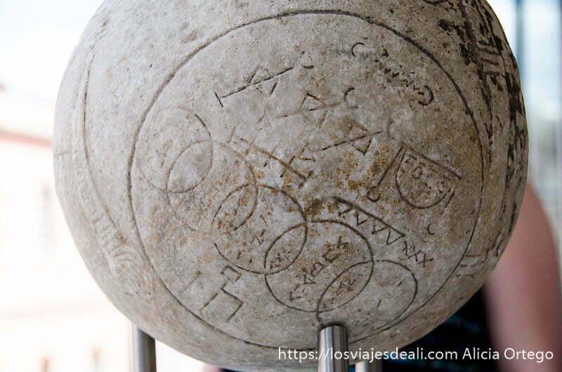 bola de piedra con símbolos en el museo de la acrópolis de atenas