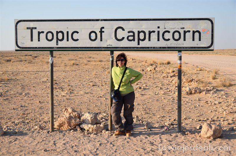 foto junto al cartel del trópico de capricornio en Namibia