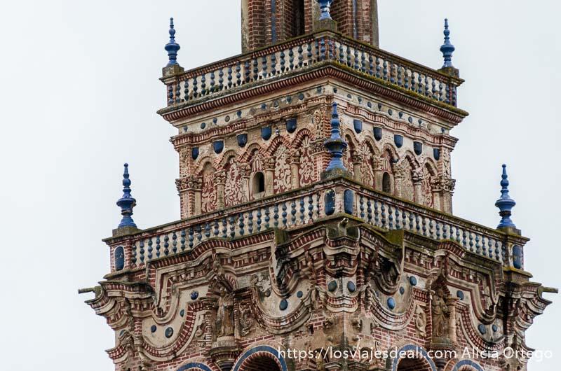 torre barroca de jerez de los caballeros con dos balcones y adornos de cerámica de color azul