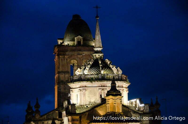 campanario y cúpula de iglesia de jerez de los caballeros iluminadas por la noche