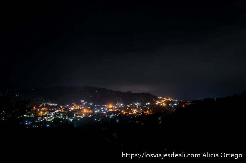 ciudad de atakpamé en la noche con sus luces ruta por el interior de togo