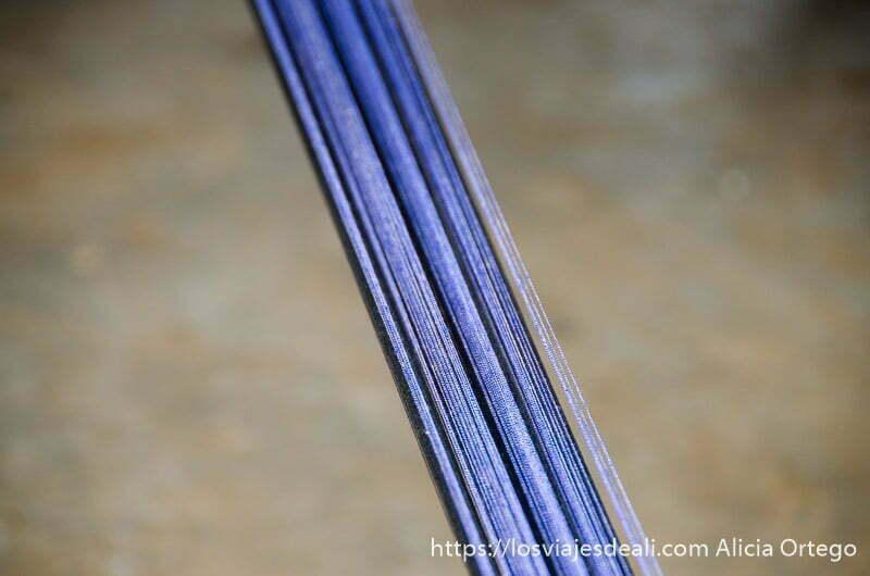 hilos de dos tonos de azul tensados en taller de tejedores de bafiló en togo