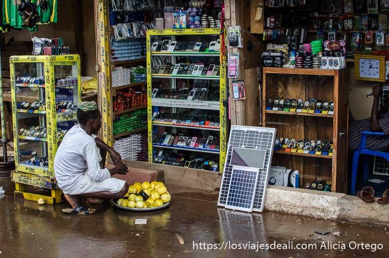 venta de placas solares en el mercado de kara ruta por el interior de togo