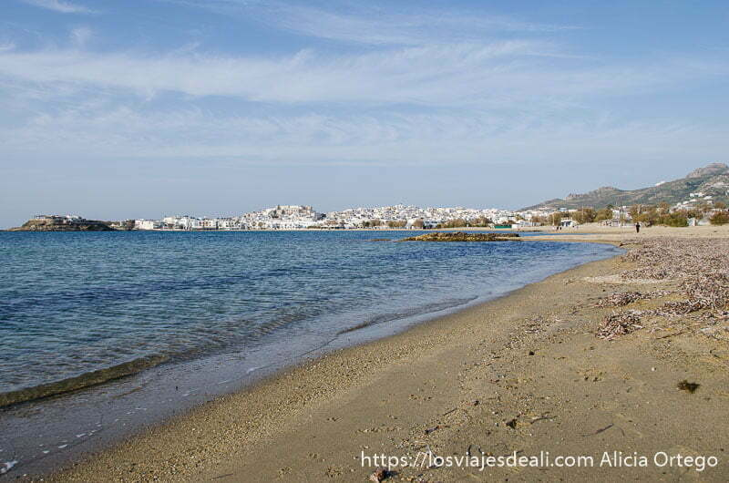 playa de naxos y al fondo la ciudad