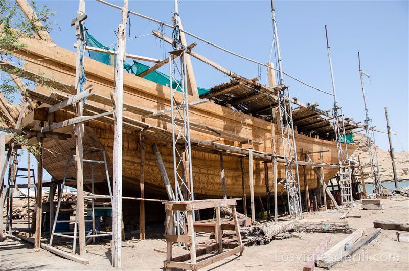 barco dhow en construcción en Omán los viajes y el tiempo