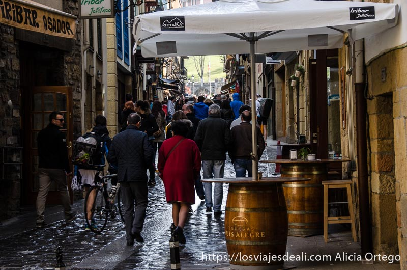 gente andando por calle estrecha con bares qué ver en getaria y alrededores