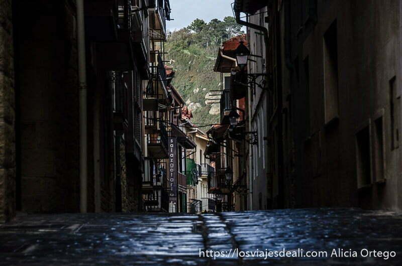 calle estrecha con pavimento empedrado qué ver en getaria y alrededores