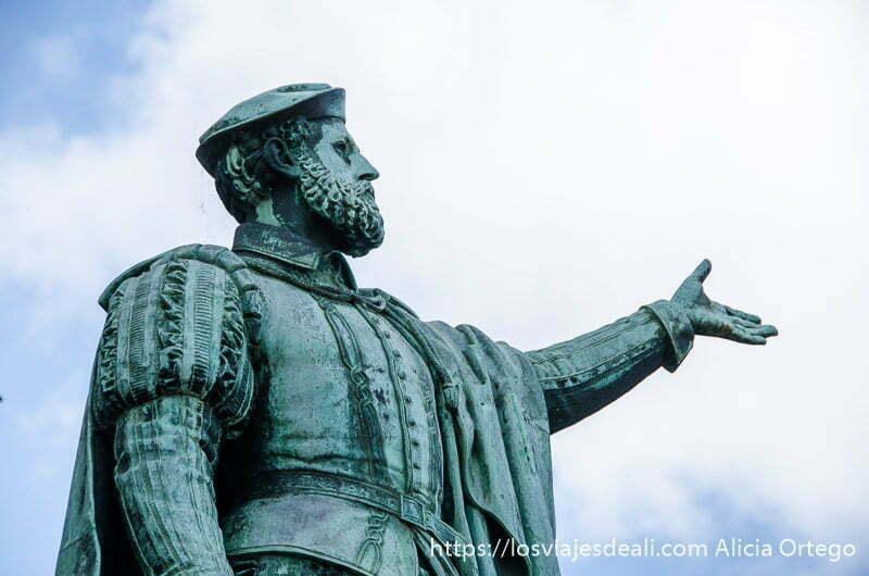 estatua de juan sebastián elcano con mano levantada mirando al mar qué ver en getaria y alrededores