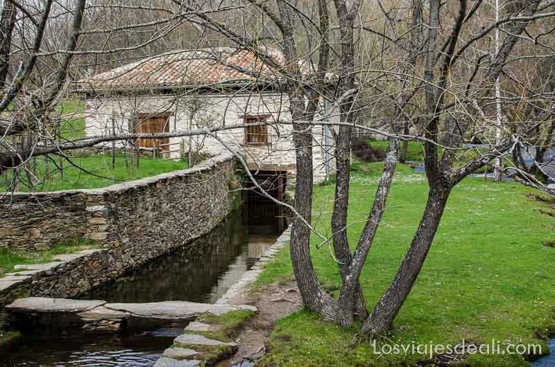 molino harinero en la ruta de senderismo fácil en la sierra del rincón de madrid