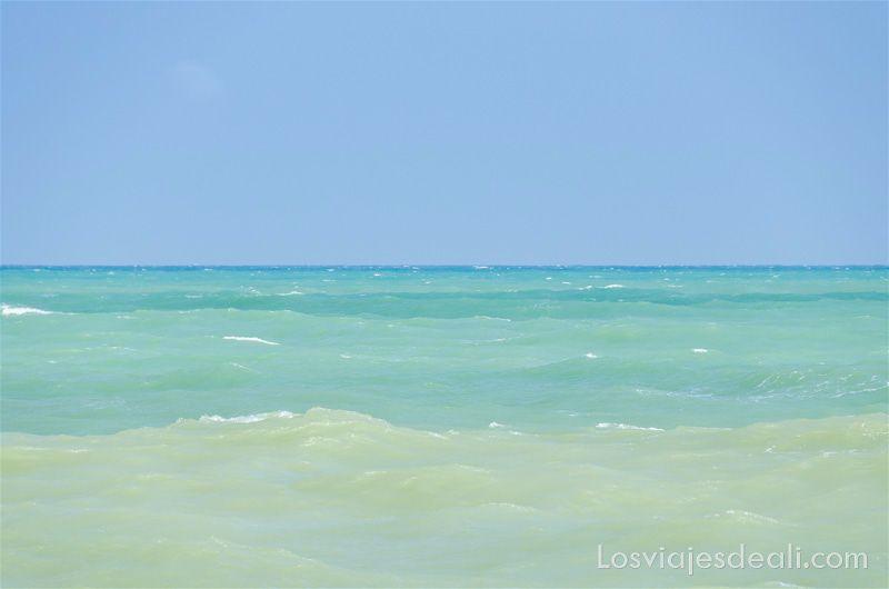 mar con varios tonos de turquesa en el agua playas de Benin