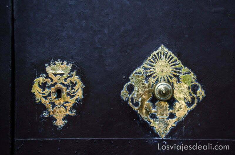 cerraduras de metal con filigranas en la puerta de la catedral de sóller ruta por los pueblos de la tramontana