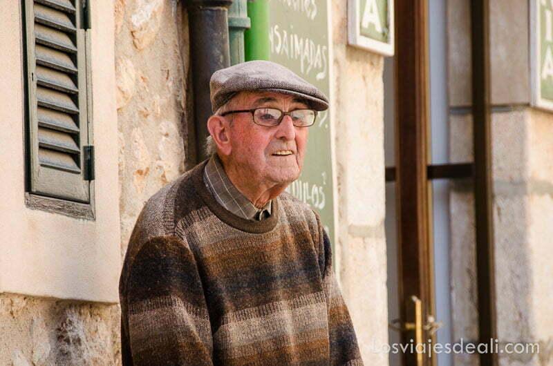 señor anciano de fornalutx con gorra y gafas ruta por los pueblos de la tramontana