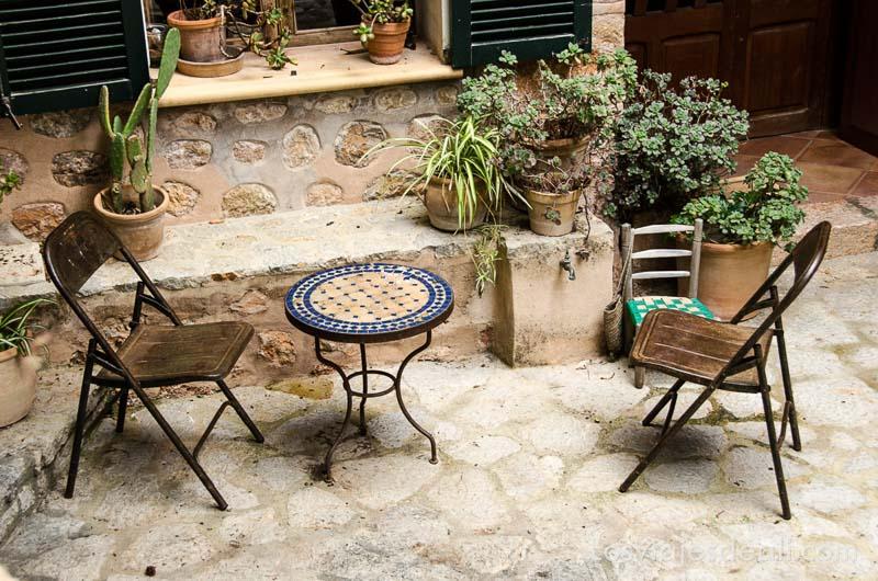 rincón de mesas y sillas de forja con tiestos alrededor en fornalutx ruta por los pueblos de la tramontana
