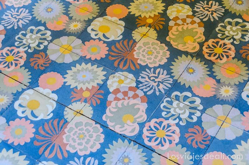azulejos pintados con flores de forma circular en can prunera de Sóller ruta por los pueblos de la tramontana
