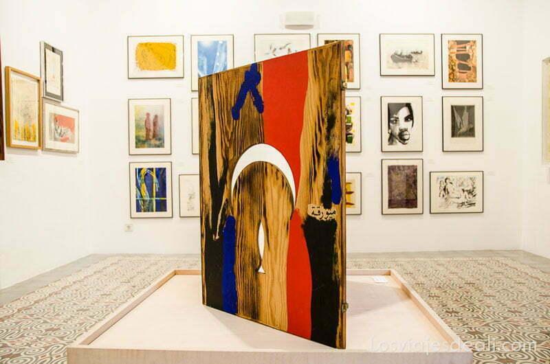 cuadro abstracto de colores rojos y negro en sala de exposiciones de can prunera ruta por los pueblos de la tramontana