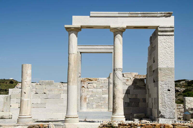 columnas y restos de muros en el templo de deméter senderismo y arqueología en la isla de naxos