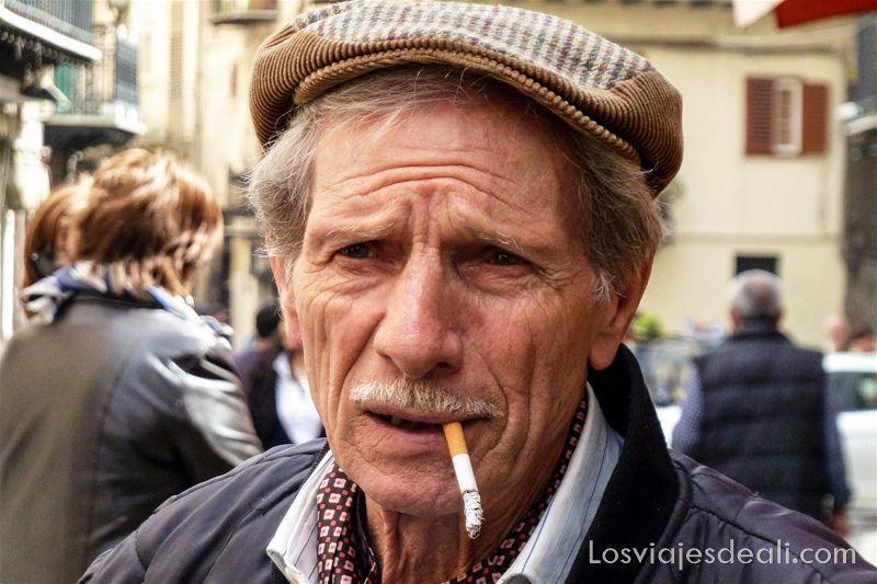 hombre siciliano con gorra y pitillo en los labios en Monreale