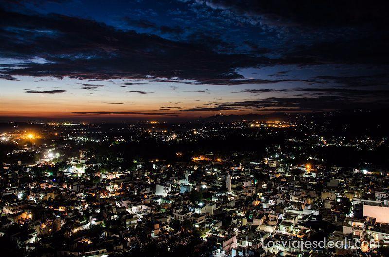 anochecer con nubes azules y rojas sobre una ciudad en el norte, imágenes de india