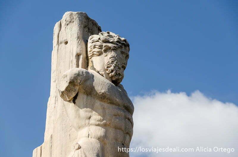 torso del dios zeus en mármol en el ágora lugares de interés en atenas