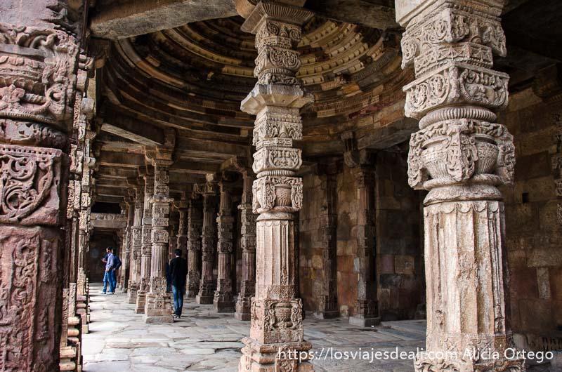 columnas de piedra llenas de relieves en qtub minar qué ver en delhi