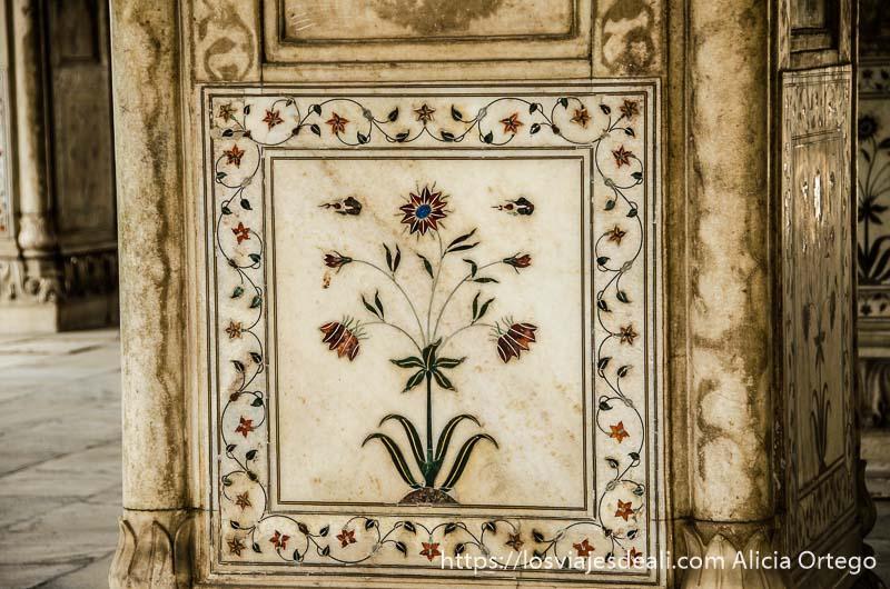 placa de mármol con flores hechas con piedras semipreciosas en fuerte rojo qué ver en delhi