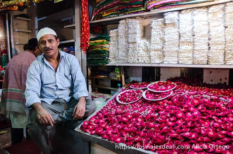 vendedor musulmán en su puesto de rosas rojas qué ver en delhi