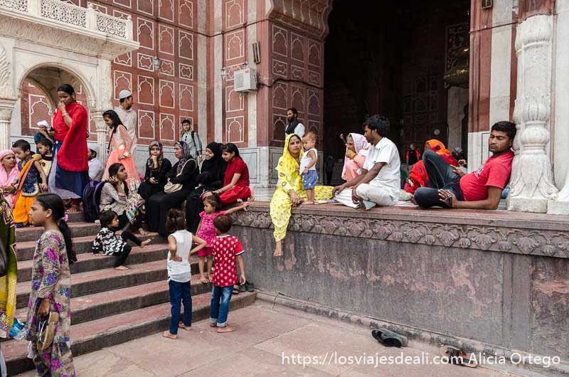 gente sentada en el suelo mezquita jama masjid qué ver en delhi