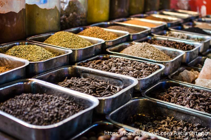 tres filas de cajas de especias y frutos secos qué ver en delhi