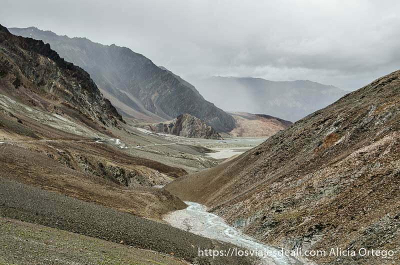 río abriéndose paso entre montañas de colores y cielo nublado carreteras del himalaya indio