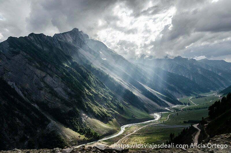 valle de zanskar en cachemira con laderas muy empinadas y rayos de sol colándose entre las nubes