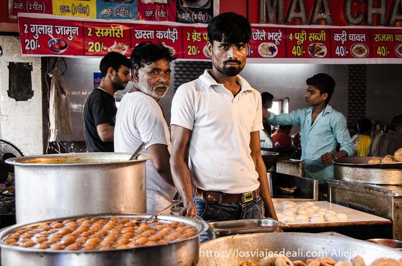 friendo buñuelos junto al templo de Haridwar