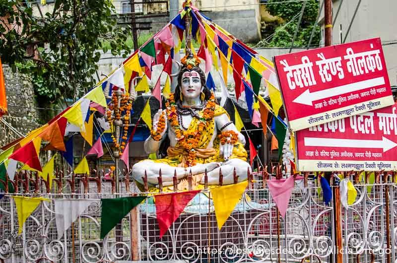 dios hindú en una glorieta rodeado de banderas de colores en rishikesh