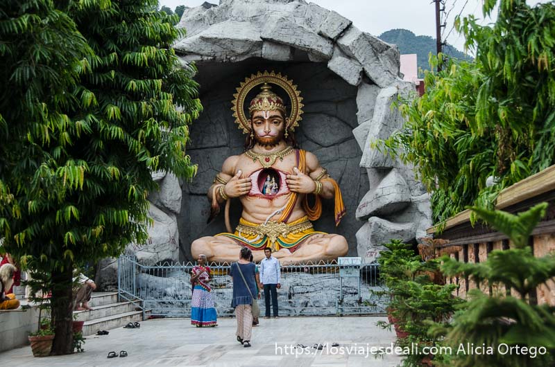 estatua enorme del dios hanuman con cabeza de mono en rishiskesh