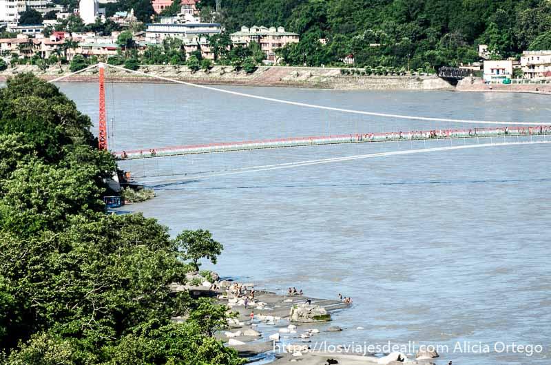puente colgante sobre río ganges en rishikesh