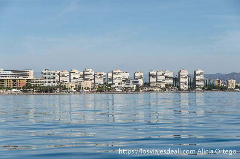 torres de los años 60 reflejándose en el mar un fin de semana diferente en torremolinos