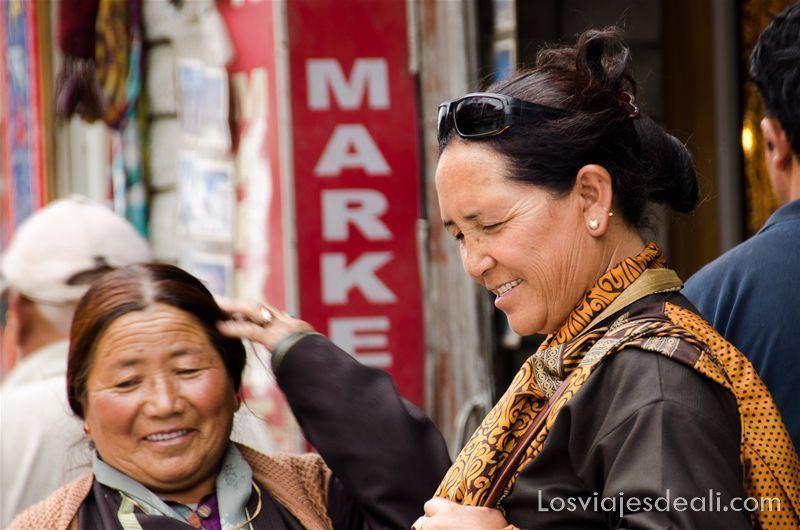 mujeres en main bazaar de Leh