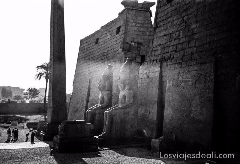 entrada del templo de luxor con los dos colosos iluminados por un rayo de sol