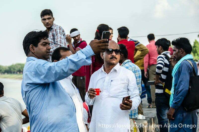 dos hombres con gafas de sol y barriga prominente haciéndose un selfie en Chandigarh