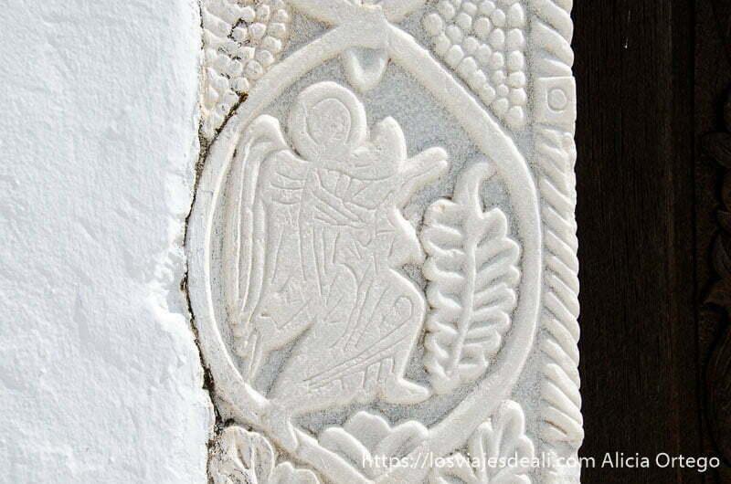relieve de un ángel en mármol blanco en la puerta de la iglesia