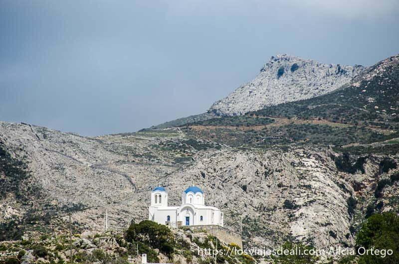 iglesia blanca con cúpulas azules solitaria en la montaña