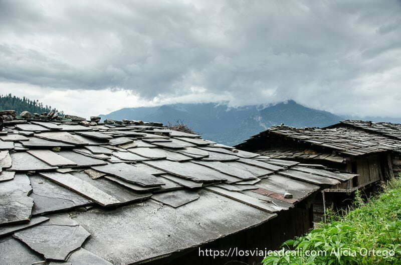 tejados de pizarra bajo cielo nublado que ver en manali