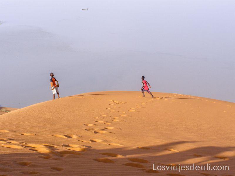 niños en la curva de la duna de Gao mirando al río