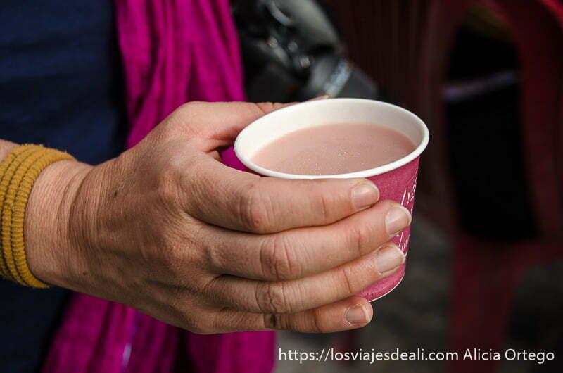 vaso de té con leche de yak de color rosa en leh